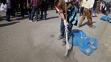 """""""Jetzt räumen wir das Land auf"""": Fegen auf dem Tahrir-Platz"""