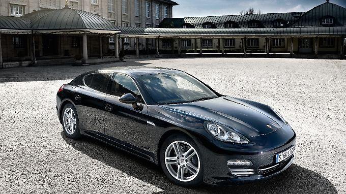 Zu viert, mit vier angetriebenen Rädern und nur sechs Zylindern - Der Porsche Panamera 4 vereint Gegensätze.