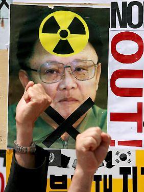 Der nordkoreanische Staatschef Kim Jong Il auf einem Protestplakat gegen die nukleare Aufrüstung des Landes (Archivbild).