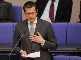 Guttenberg mit für ihn typischer Geste vor dem Bundestag.