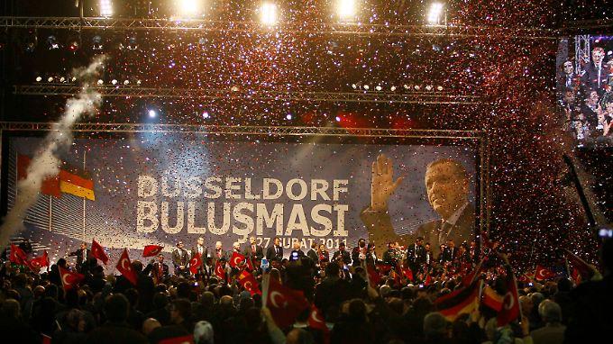 Konfetti für den türkischen Ministerpräsidenten.
