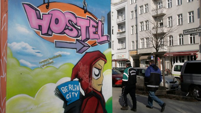 Touristen, da entlang: Ein Graffiti weist im Berliner Stadtteil Kreuzberg den Weg zu einem Hostel.