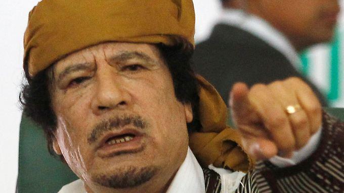 Dem Westen droht Gaddafi mit der Hölle.