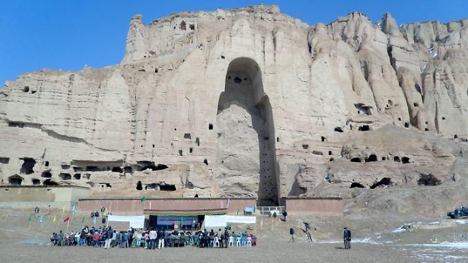 Anlässlich des 10. Jahrestages der Zerstörung der beiden Buddha-Figuren in Bamian versammelten sich am 7. März 2011 afghanische Regierungsvertreter und Repräsentanten internationaler Organisation vor der Felsnische, in der einst die 54 Meter hohe westliche Statue stand.