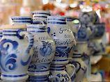 """Das """"Stöffche"""" kommt aus dem Bembel - so heißt in Hessen der graublau glasierte Keramikkrug, in dem der Apfelwein kühl und frisch bleibt."""