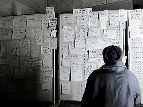Hoffnung auf ein Lebenszeichen in einer Notunterkunft in Ofunato in der Provinz Iwate.