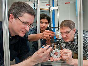 Wissenschaftler der Brookhaven National Laboratory und der Stony Brook Universität mit dem neuen Gerät. Sean Stoll, Bosky Ravindranath und Paul Vaska, v.l.)