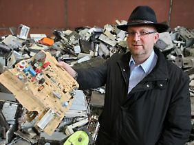 Kein Müll, sondern wertvoller Rohstoff: Adamec in seiner Recyclinganlage.