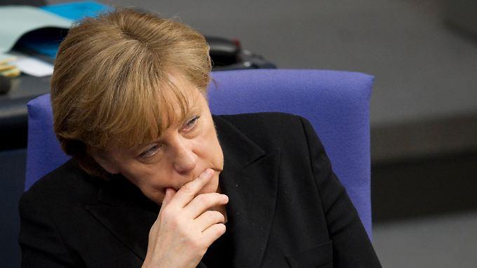 Merkel im Bundestag. Das Parlament gedachte mit einer Schweigeminute der Toten in Japan.