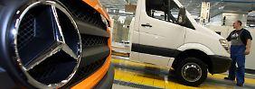 1800 Arbeitsplätze bald gestrichen?: Tausende Mercedes-Beschäftigte streiken