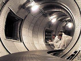 Der Testreaktor ITER soll 2018 den Betrieb aufnehmen, dann zunächst mit normalem Wasserstoff. Der Betrieb mit Deuterium und Tritium soll 2026 starten.