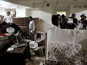 Zerstörte Akten in der Stasi-Zentrale in Alexandria am 4. März, damit kennen sich die Experten in Berlin aus.