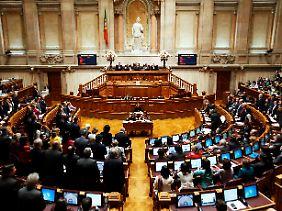 Das Parlament in Lissabon zeigt den Regierungschef die rote Karte.