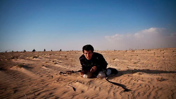 Ein libyscher Rebell im Wüstensand.
