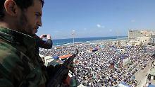 Ein Soldat der Rebellen wacht über die Freitagsgebete in Bengasi.