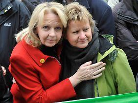 Hannelore Kraft und Sylvia Löhrmann während der Schweigeminute in Köln.
