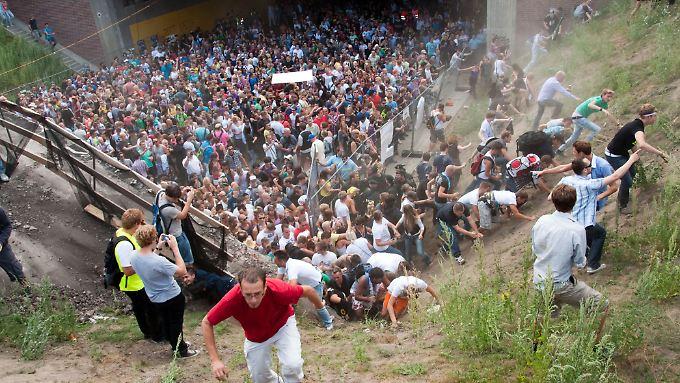 Bei einer Massenpanik auf der Loveparade in Duisburg sterben am 25. Juli 2010 21 Menschen.