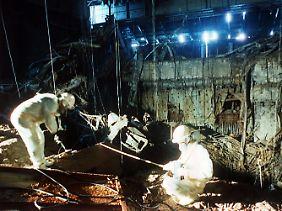Eine Bergungsmannschaft im geborstenen Reaktor von Tschernobyl. (Archivfoto vom 1986).