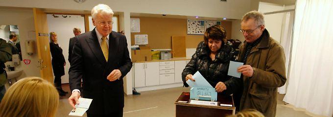 Auch Präsident Olafur Grimsson muss seine Wahlbenachrichtigung zeigen.