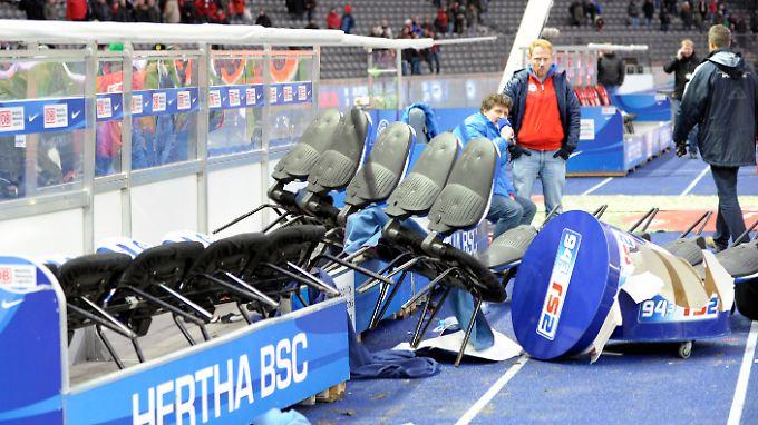 Damals in Berlin: Im März 2010 stürmten erboste Hertha-Fans auf den Platz und zerstörten unter anderem die Trainerbank.