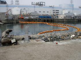 Mit Barrieren soll das radioaktive Wasser nun aufgehalten werden, während parallel schwach verseuchtes Wasser ins Meer gepumpt wird.