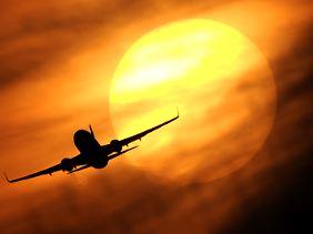 Flugreisen zu vermeiden und bspw. mit der Bahn zu fahren hilft enorm, das Klima zu schonen.