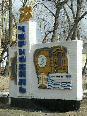 Ortseingangsschild von Tschernobyl, einst Verwaltungszentrum des ungefähr 15 km entfernten Atomkraftwerks.
