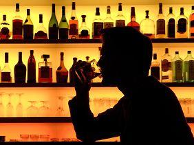 Ob allein oder in Gesellschaft - Alkohol kann krank machen.