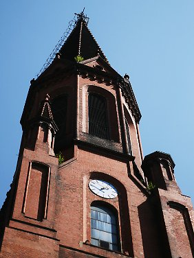 Glockenhelles Lachen: Turm der Emmaus-Kirche am Lausitzer Platz in Berlin.