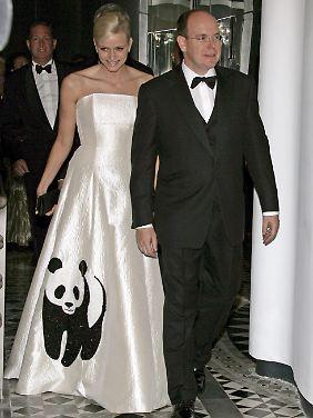 Prinz Albert II von Monaco (r) und Charlene Wittstock während einer Gala in Monaco zugunsten des WWF. (Archivfoto vom 05.04.2008).