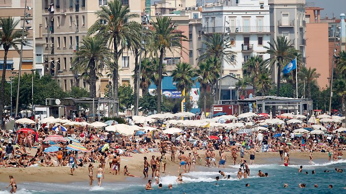 Viele Touristen, viele Einnahmen: Darauf hofft Katalonien mit der neuen Abgabe. (Barceloneta-Strand in Barcelona im Sommer 2010)