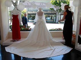 Zahlreiche Händler haben bereits Kopien des Hochzeitskleides von Kate im Schaufenster.