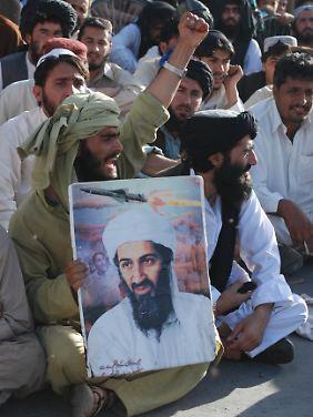 Anhänger der pakistanischen Partei Jamaat-e-Islami demonstrieren gegen die Tötung ihres Idols.