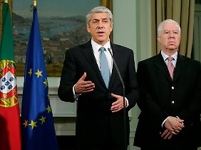 Portugals Premier Socrates (l.) neben Finanzminister Fernando Texeira dos Santos bei der Pressekonferenz.
