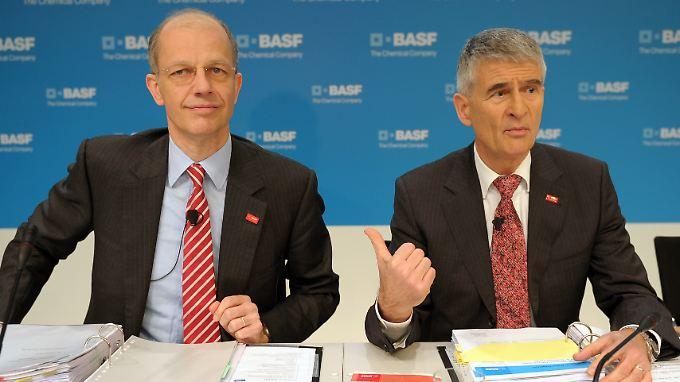 Das ist der neue Mann an der BASF-Spitze, scheint Jürgen Hambrecht links im Bild zu sagen.