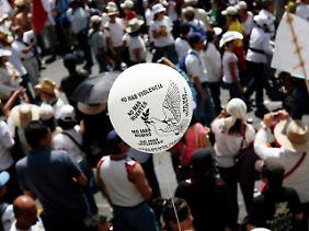 Mit weißen Ballons wurde an die Opfer der Gewalt gedacht.