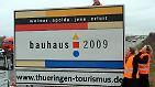 Im Jahr 2009 feierte das Bauhaus seinen 90. Geburtstag. (Autobahn-Hinweisschild im Bauhaus-Design zum Bauhausjahr 2009)