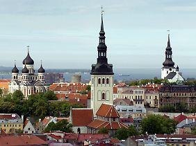 Altstadt Tallinns: links die Alexander-Newski-Kathedrale, in der Mitte die Nikolaikirche und rechts der Dom St. Marien.