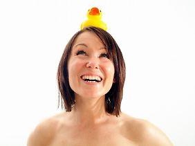 Aufrechtstehen und lachen: Nimmt der Körper eine andere Haltung ein, lässt sich auch die Psyche - zumindest kurzfristig - darauf ein.