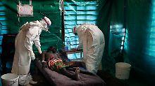 Ebola-Ausbruch 2007: Experten der Hilfsorganisation Ärzte ohne Grenzen richten in Kampungu im östlichen Kongo eine provisorische Quarantänestation ein.