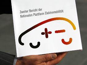 Verspieltes Logo: Merkel lobte ausdrücklich die kompakte Form des Berichts.