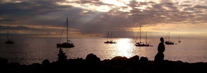 Positive Schwingungen: Steinmännchen am Strand machen den Sonnenuntergang auf Gomera noch schöner.