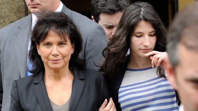 Die Frau von Strauss-Kahn, Anne Sinclair, mir ihrer Tochter vor dem New Yorker Gericht.
