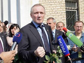 Wladimir Nekljajew vor dem Gerichtsgebäude, kämpferisch.