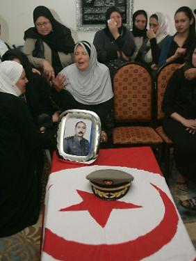 Angehörige trauern um Mohamed Taher Ayari, der bei einer Schießerei mit Islamisten getötet wurde.