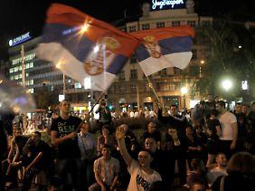 Einige Serben protestierten gegen die Festnahme.