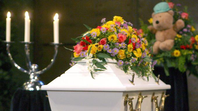 2006: Der Sarg des getöteten zweijährigen Kevin in der Kapelle des Friedhofs Walle in Bremen.