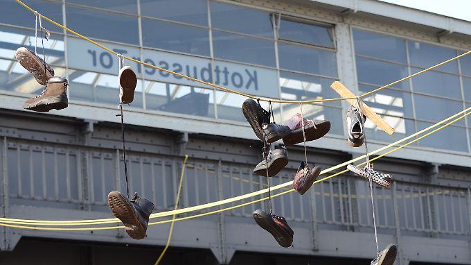Schuhe hängen von einem Kabel am Kottbusser Tor in Berlin.