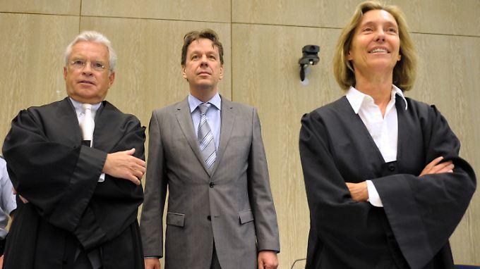 Jörg Kachelmann (M) steht im Landgericht in Mannheim neben seinen Anwälten Johann Schwenn (l) und Andrea Combé.