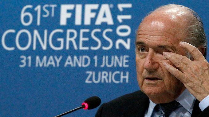 Seit seiner Wiederwahl 2011 versucht sich Joseph Blatter als Korruptionsbekämpfer. Diese Bemühungen sind nun hinfällig geworden, denn definitionsgemäß ist er selbst korrupt.